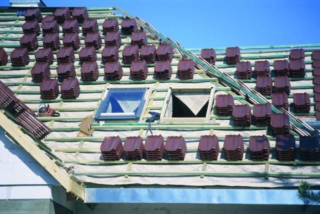 Obecnie większość dachów kryje się wstępie folią wysokoparoprzepuszczalną, zwaną też membraną dachową.