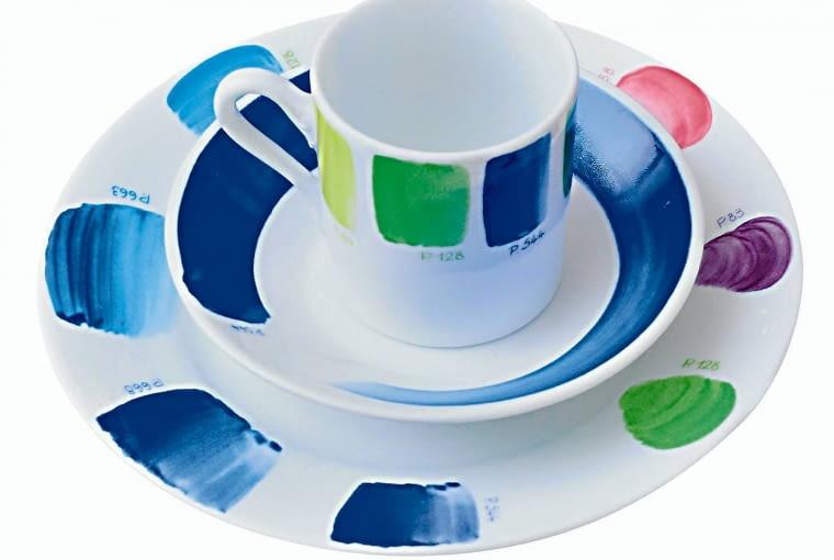 Na ceramicznych naczyniach znowu widać wesołe kolorowe wzory.
