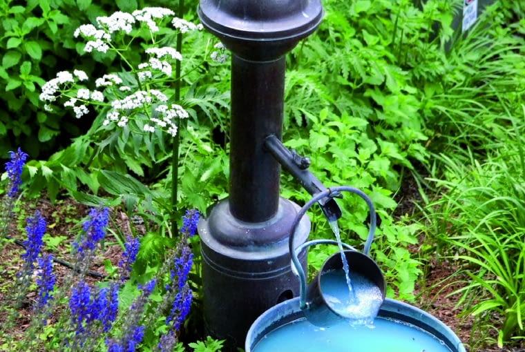 Starą pompę można przeobrazić w niebanalne ogrodowe źródełko.