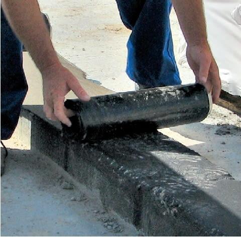 Krok 2. Odpowiednio przycięty pasy powoli rozwija się, jednocześnie rozgrzewając palnikiem podłoże oraz spodnią warstwę papy aż do stopienia bitumu