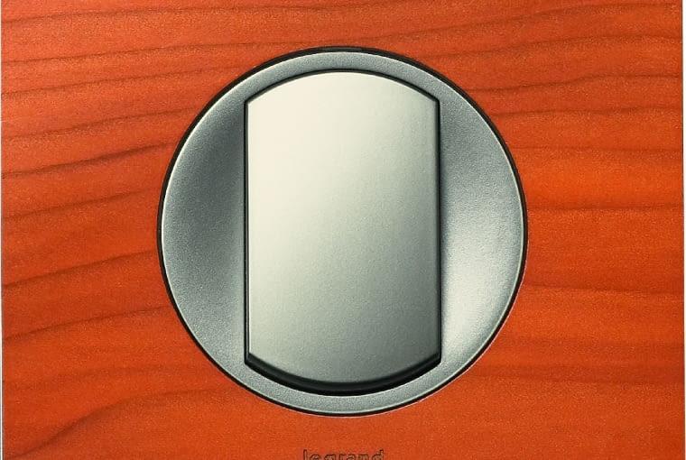 WYŻSZA CENA Celiane/Legrand;łącznik pojedynczy, ramka z drewna cedrowego, pokrętło z tworzywa w kolorze tytanu Cena: ok. 68