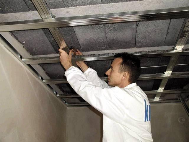 Sufit podwieszany. W konstrukcji dwupoziomowej minimalny odstęp między stalowym rusztem a stropem wynosi 4,5 cm