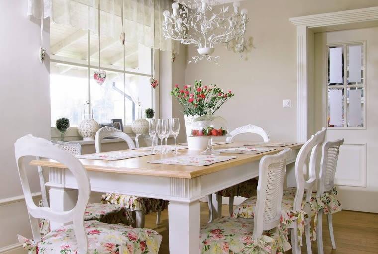 Białe meble z bezowymi ścianami