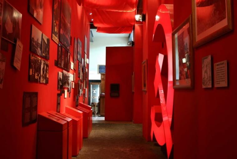 Mirosław Nizio o projekcie wystawy w Muzeum Powstania Warszawskiego: 'Muzeum, od którego zaczęła się moja zawodowa przygoda z projektowaniem ekspozycji narracyjnych. To było przedsięwzięcie pionierskie na każdym polu.Wiedzieliśmy, że nie będzie łatwo zrobić nowoczesną i angażującą odbiorców wystawę o wydarzeniu tak bolesnym, jak Powstanie Warszawskie. Powstała interaktywna wystawa, która jest wyważona pod względem formalnym, wierna historii i przystępna dla zwiedzających'.