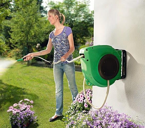 samozwijający się wąż ogrodowy, podlewanie ogrodu