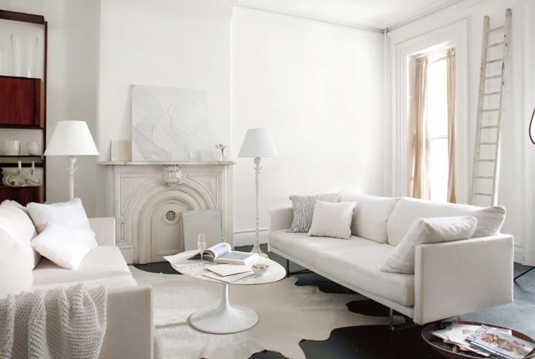 WIĘCEJ GŁĘBI. Białe ściany mogą wydać się zbyt płaskie. Stwórzcie między nimi lekki kontrast. Jedną z nich (lub fragment) pomaluj na nieco ciemniejszy odcień. Sprawdzi się też farba transparentna z drobinkami srebra, złota czy pereł.