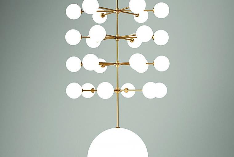 Epic 3: To bardzo bogata kolekcja lamp wiszących. Kulki można dowolnie dodawać lub odejmować, tworząc w ten sposób własną kompozycję. Dużym powodzeniem cieszy się też wersja z mosiężnym dyskiem zamiast szklanego klosza. Pięknie odbija światło. 18 090 zł, Atelier Areti, atelierareti.com/mesmetric.com