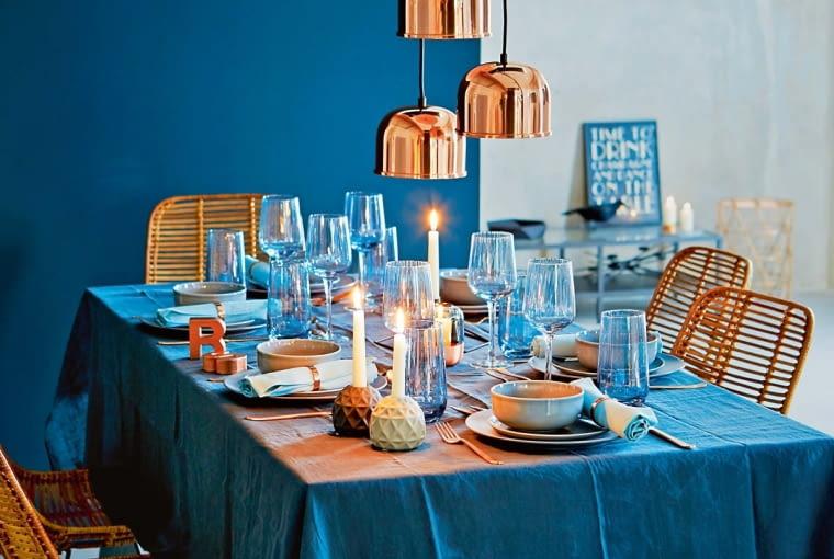 Lampy oświetlające stół tworzą wraz z nim malarską kompozycję.