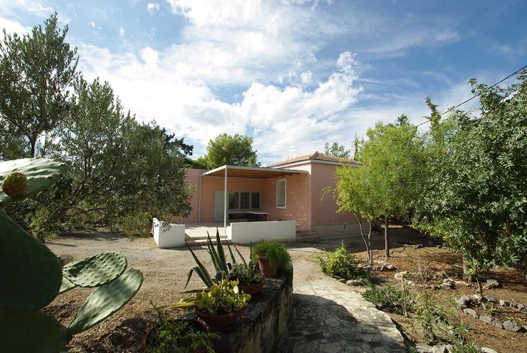 Zabytkowy dom na greckiej wyspie.