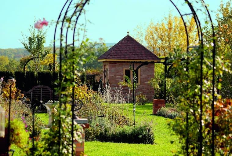 Bramki w formie łuków dzielą ogród na zakątki tematyczne.
