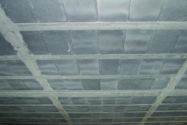 Brak żebra rozdzielczego w stropie gęstożebrowym Teriva w miejscu przebiegu ściany działowej