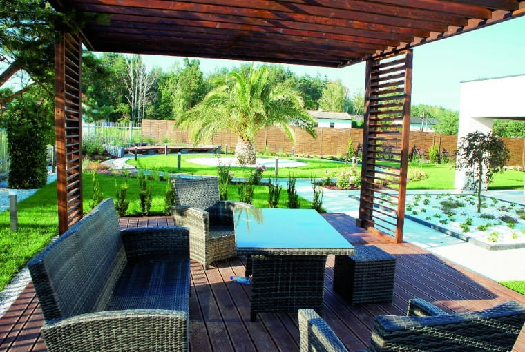 Siedząc w cieniu altany, właściciele będą mogli delektować się widokiem ogrodu.
