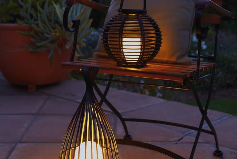 Solarne lampiony - imitacje świec do postawienia lub powieszenia - emitują ciepłe światło, 70-100 zł, zależnie od wielkości, Tchibo.