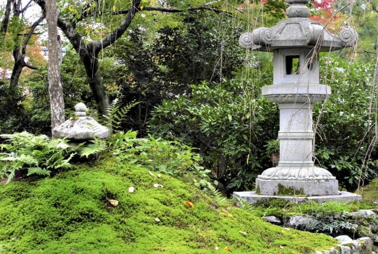 Kamienne latarnie dziś mają znaczenie czysto dekoracyjne, ale kiedyś były lampami wotywnymi w świątynnych ogrodach.