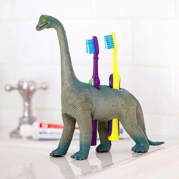 Stara zabawka może stać się zabawnym stojakiem na szczoteczki do zębów. Wystarczy wywiercić w niej otwory. Taki dodatek do łazienki na pewno spodoba się wszystkim dzieciom.