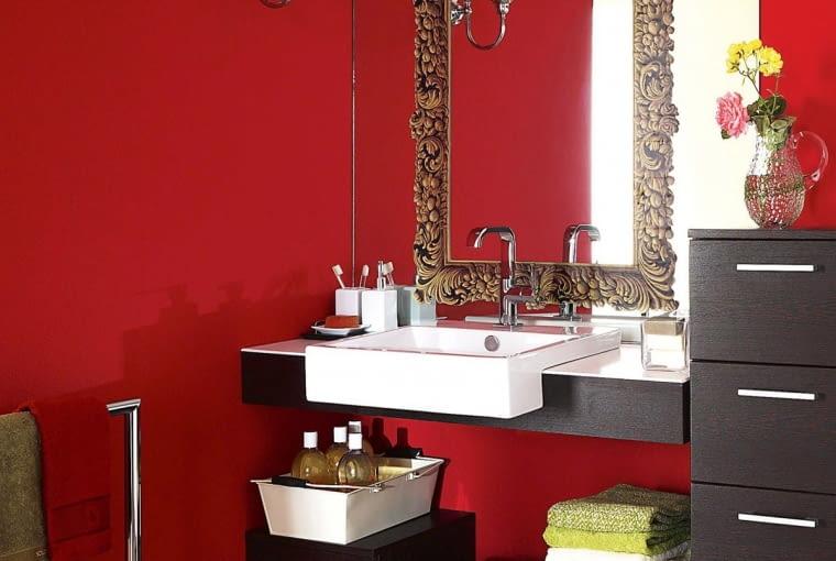 Czerwień rzadko stosuje się w łazienkach. Ale dlaczego by nie spróbować? W takim wnętrzu rano na pewno szybko się rozbudzimy.