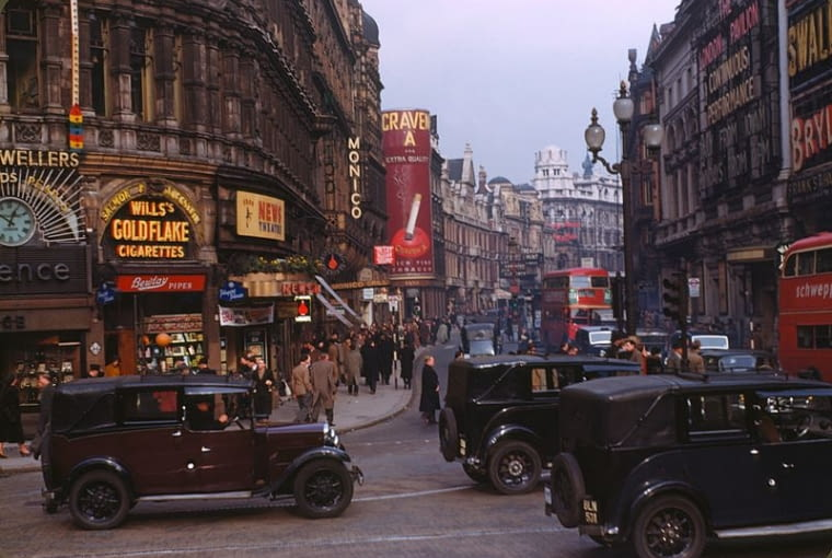 Fot. Chalmers Butterfield, Shaftesbury Avenue from Picadilly Circus, in the West End of London, ok. 1949, (CC BY-SA 3.0)