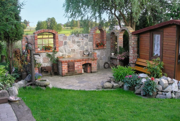 Tuż obok altany znajduje się stylowa ogrodowa kuchnia.