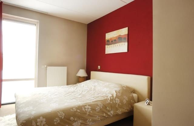 Kolory ścian. Wybierając kolory, warto jedną ścianę lub jej część zaakcentować wyrazistym kolorem. Czerwień dodaje energii