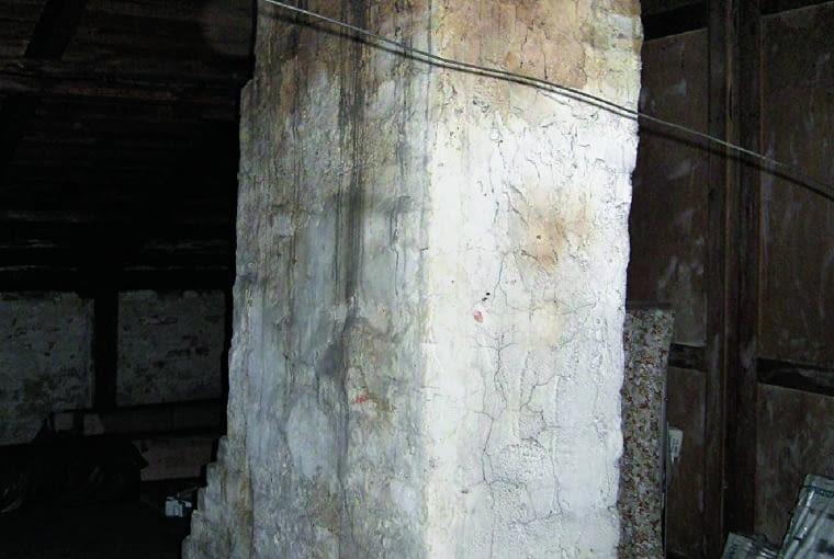Głównym problemem w tym domu jest centralnie umieszczony komin.
