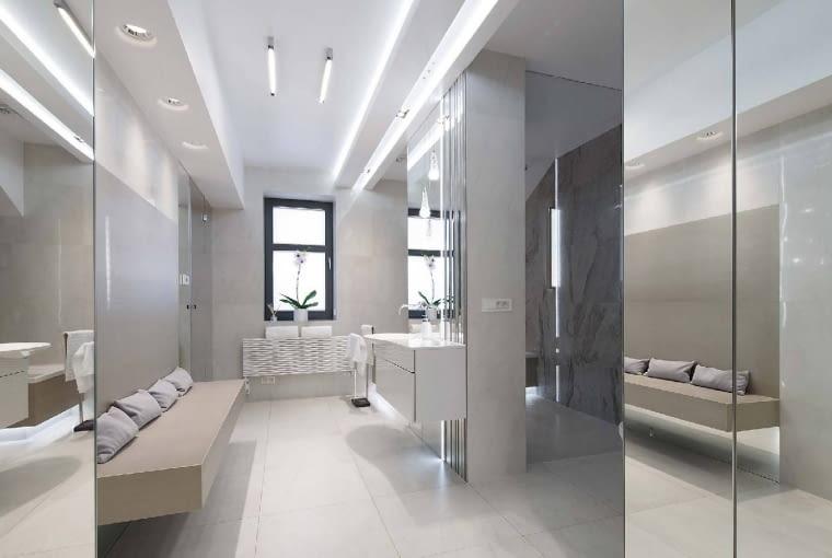 Widok na główną łazienkę. Etap wykańczania wnętrz, to - jak przyznają właściciele - najdłuższa i najbardziej stresująca część inwestycji. Szczęśliwie zupełnie tego nie widać w żadnym z pomieszczeń