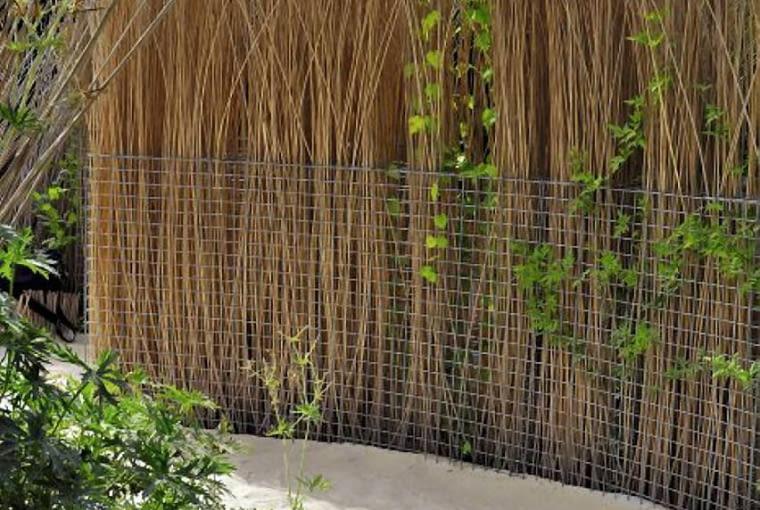Ciekawe rozwiązanie: ścianka z gabionu wypełnionego łodygami wikliny