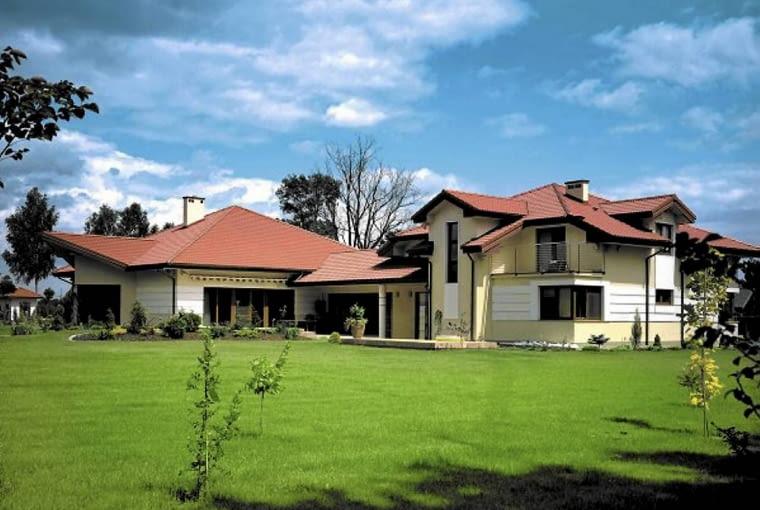 Rozległy, częściowo parterowy dom z ryzalitami, balkonami i rozbudowanym dachem na pewno nie będzie oszczędny. Wydatkom sprzyja tu zarówno rozbudowana konstrukcja, jak i forma budynku