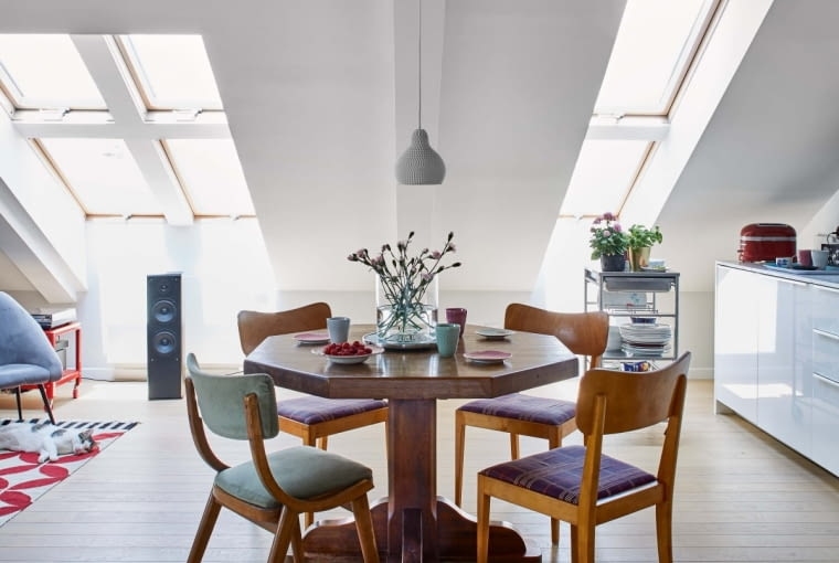 Solidny drewniany stół, który stoi pośrodku części dziennej, to prezent od mamy na osiemnaste urodziny Anny - od wielu lat przeprowadza się wraz z nią. Nad stołem wisi ceramiczna lampa włoskiej marki Industreal o żartobliwej nazwie 'In dust we trust'.