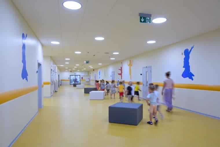 Budynek zespołu szkolno - przedszkolnego wraz ze żłobkiem i świetlicą wiejską w Chabrowej Projekt: Metropolis - Biuro Architektoniczne