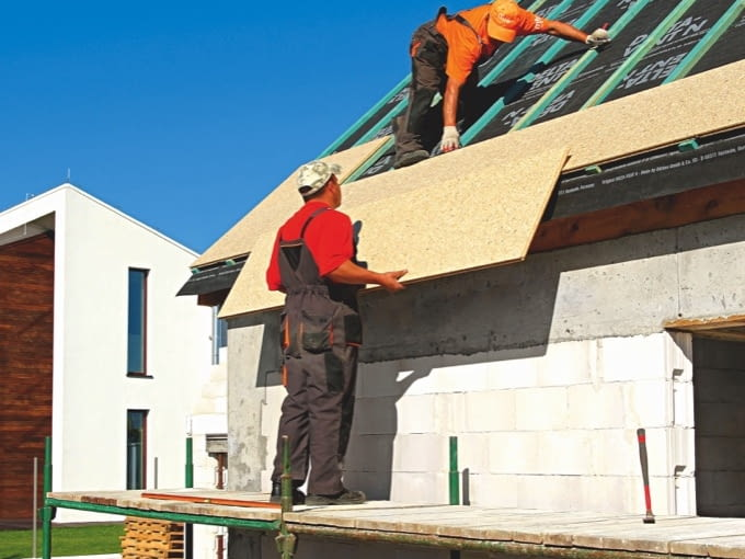 Aby zapewnić drożność szczeliny wentylacyjnej pod sztywnym poszyciem warto najpierw na krokwiach ułożyć membranę dachową