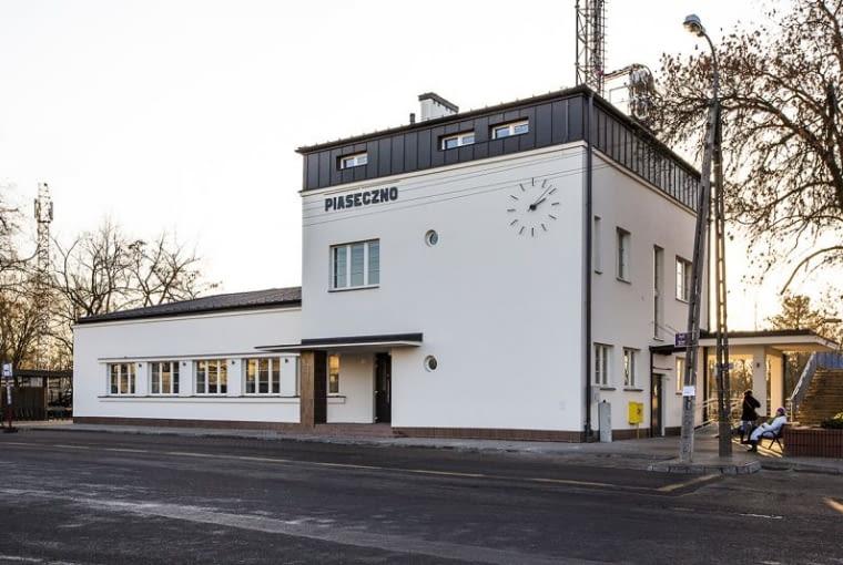 Odnowiony budynek dworca w Piasecznie