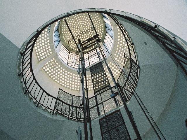 Villa Girasole. Żelbetowo-szklany dach okrągłej klatki schodowej kojarzy się z kwiatem słonecznika, od którego pochodzi nazwa willi. Girasole po włosku oznacza słonecznik.