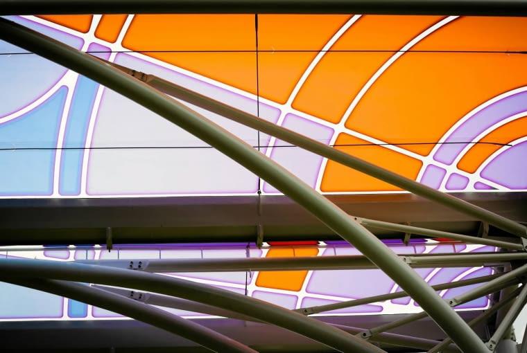 21.05.2015 Lodz , Pilsudskiego . trasa WZ w budowie . Przystanek przesiadkowy Piotrkowska Centrum na trasie WZ . Montaz kolorowej membrany Fot. Malgorzata Kujawka / Agencja Gazeta SLOWA KLUCZOWE: trasa wz budownictwo architektura wiata