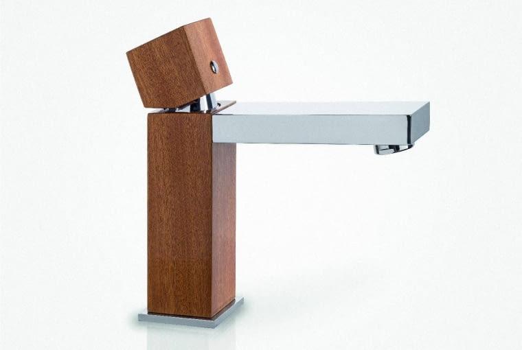 Dąb i woda: Bateria z ręcznie wykonaną obudową z drewna dębowego najwyższej jakości. Delikatnie zaznaczone słoje charakteryzują się niepowtarzalnym wzorem, dzięki czemu każda z baterii jest unikatem. Drewno poddane jest specjalnej obróbce oraz impregnacji, co gwarantuje niespotykaną trwałość i odporność na wilgoć, Green Home Design, 2800 zł, greenhomedesign.eu