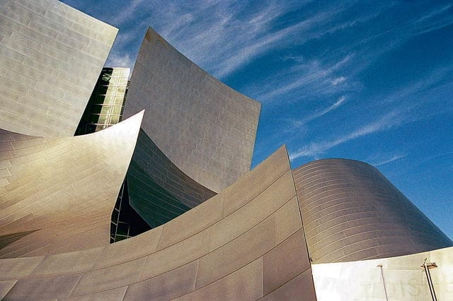 09.02.2004 USA - CALIFORNIA - LOS ANGELES - WALT DISNEY CONCERT HALL - SALA KONCERTOWA ZAPROJEKTOWANA PRZEZ FRANK GEHRY