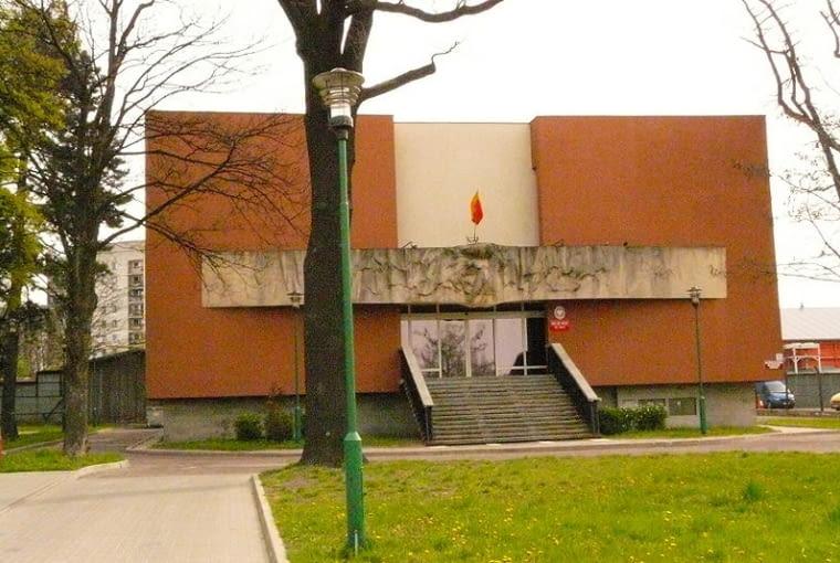 PRL w najlepszym wydaniu - wspaniała kamienna płaskorzeźba, harmonijne zestawienie linii poziomych i pionowych oraz szerokie schody, na których można ustawić całą rodzinę do zdjęcia. Takie cudo tylko w Łodzi.