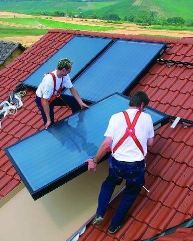 To, jakie oszczędności osiągniemy dzięki pracy instalacji solarnej, zależy od wielu czynników. Najistotniejszymi z nich są wielkość zużycia ciepłej wody oraz rodzaj paliwa (zwykle prąd lub gaz ziemny) za pomocą, którego była ona do tej pory przygotowywana