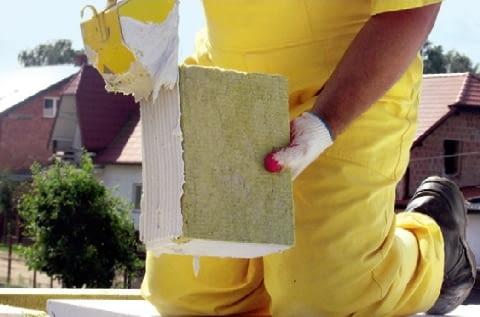 Bloczki (tu z wełną mineralną) łączy się ze ścianą i między sobą zaprawą klejową. Ze względu na gładkie boki, nanosi się ją na spoiny poziome i pionowe