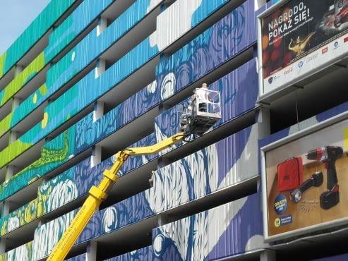 Wielki mural w środku warszawy. Street-art pokrył w całości betonowy parking z lat 70.