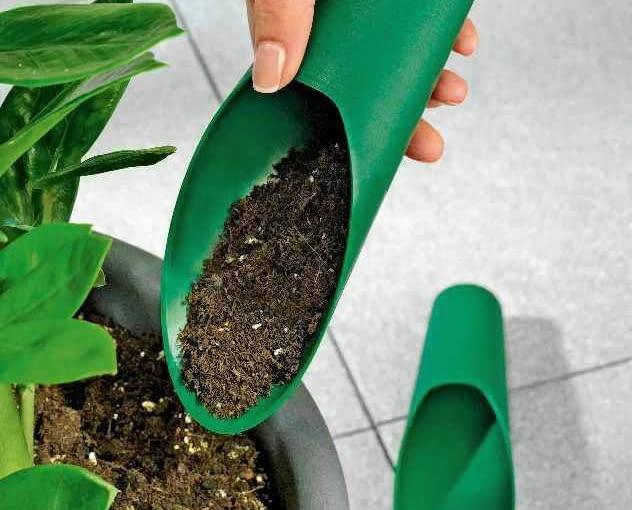 DOZOWNIKI DO ZIEMI pozwalają przesadzić rośliny bez rozsypywania ziemi (ok. 20 zł/2 szt. różnej wielkości, Weltbild).