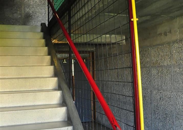 """Jednostka Marsylska, proj. Le Corbusier - jedna z klatek schodowych. Uwagę zwraca """"przemysłowa"""" instalacja elektryczna i oświetlenie"""