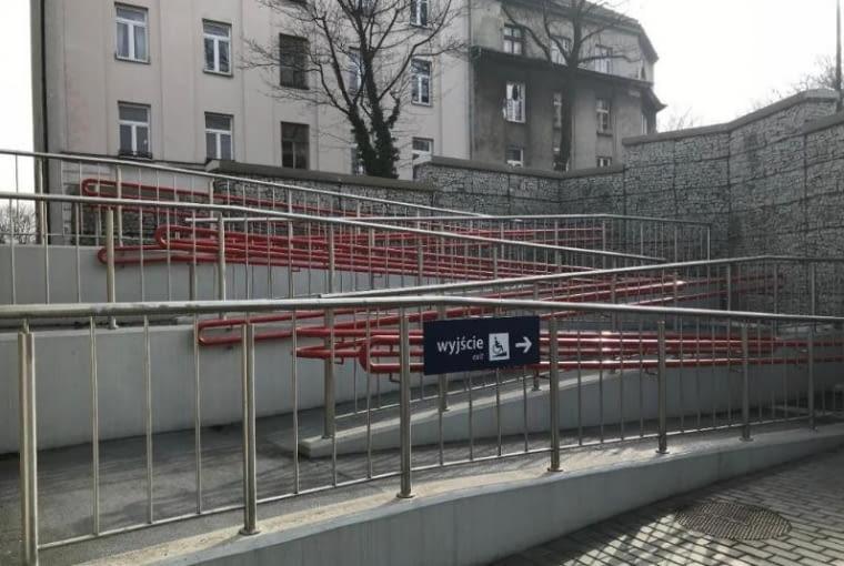 Pochylnia dla niepełnosprawnych na dworcu Kraków-Podgórze