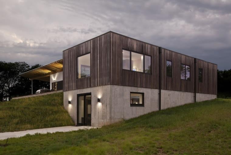 Dom z miedzianego drewna