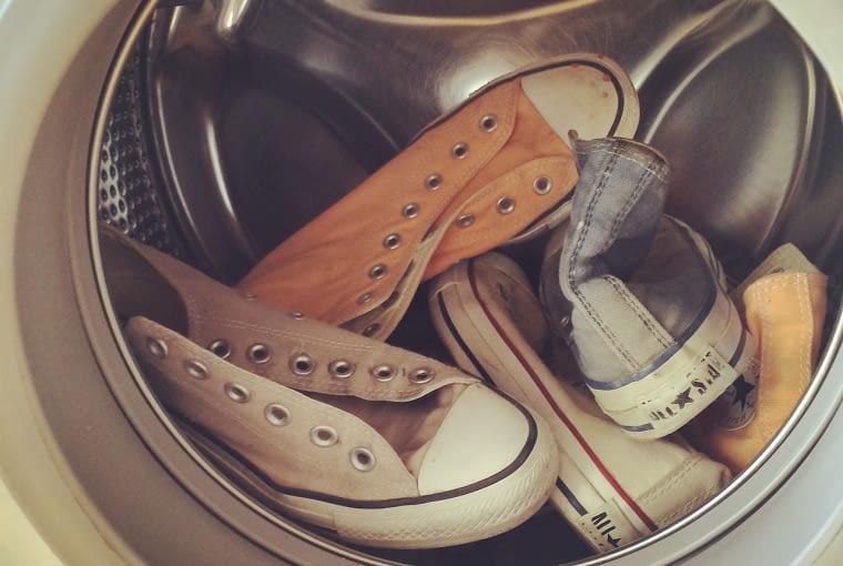 2. Przed włożeniem ubrań do pralki, nie zapomnij dokładnie sprawdzić zawartości kieszeni. Wyjmij z nich wszelką zawartość. Drobne przedmioty mogą się dostać do mechanizmu pralki i go uszkodzić.