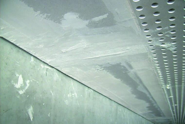 Niechlujne wykonanie szpachlowania połączeń płyt i aluminiowego narożnika
