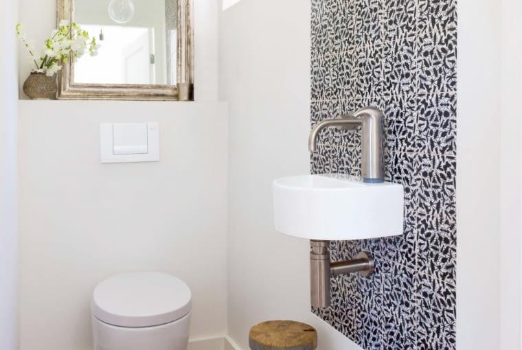 Wzorzyste płytki położone tylko w miejscu najbardziej narażonym na zachlapanie wodą - przy umywalce - wyglądają jak abstrakcyjny nowoczesny obraz.