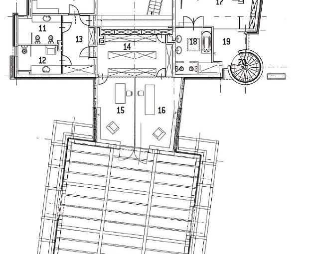 Rzut piętra. Część główna: 10. główna sypialnia: 23,6 m2; 11. łazienka: 7,9 m2; 12. łazienka: 7,8 m2; 13. garderoba: 11,4 m2; 14. garderoba: 19,9 m2; 15. gabinet: 17,5 m2; 16. gabinet: 20,5 m2. Część córki z rodziną: 17. sypialnia: 39,8 m2; 18. łazienka: 11,9 m2; 19. hol: 6,6 m2; 20. schody: 4,9 m2