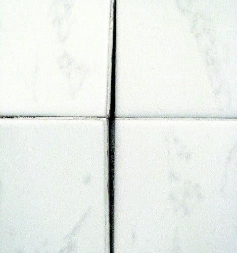 Odspojone płytki na ścianie