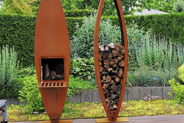Paleniska doskonale współgrają z drewnianym tarasem.