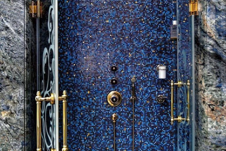 Sąsiadująca zpokojem dla gości łazienka uwodzi połączeniem kobaltu izłota.